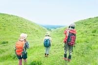 山にたたずむ3人の日本人女性 10272003119| 写真素材・ストックフォト・画像・イラスト素材|アマナイメージズ