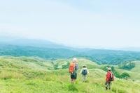 山にたたずむ3人の日本人女性 10272003154| 写真素材・ストックフォト・画像・イラスト素材|アマナイメージズ