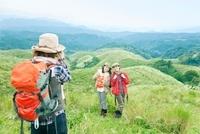 山頂で写真を撮る3人の日本人女性