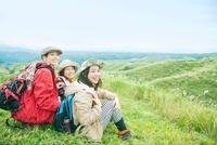 山頂に座る3人の日本人女性