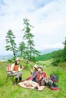 ピクニックを楽しむ3人の日本人女性 10272003172| 写真素材・ストックフォト・画像・イラスト素材|アマナイメージズ