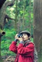 森林で写真を撮る日本人女性