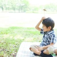 レジャーシートに座る日本人の男の子