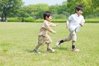 サッカーボールで遊ぶ日本人兄弟