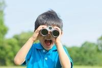 双眼鏡を覗く日本人の男の子