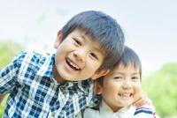 笑顔の日本人兄弟