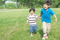 手を繋いで走る日本人兄弟