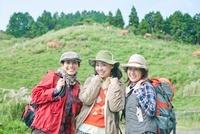 トレッキングを楽しむ笑顔の3人の女性