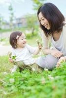 花摘みをする日本人の母と子