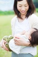 母に抱かれる日本人の女の子