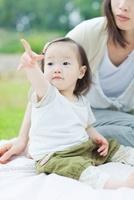 指をさす日本人の女の子と母