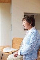 椅子に座り微笑む日本人シニア女性 10272003364  写真素材・ストックフォト・画像・イラスト素材 アマナイメージズ