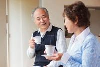 ティータイムを楽しむ日本人シニア夫婦 10272003365| 写真素材・ストックフォト・画像・イラスト素材|アマナイメージズ