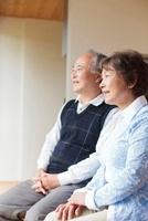 微笑む日本人シニア夫婦