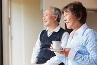 ティータイムを楽しむ日本人シニア夫婦