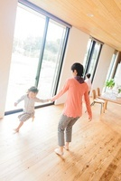 リビングで遊ぶ日本人の母と子