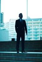 階段に立つビジネスマン