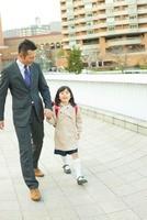 手を繋いで歩く日本人の父と娘