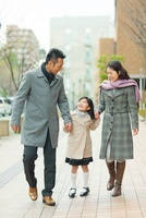 手を繋いで歩く日本人家族