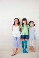 白壁の前に立つ3人の女の子