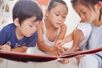 本を読む3人の子供達