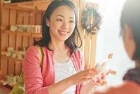 ショッピングをする日本人女性 10272003476  写真素材・ストックフォト・画像・イラスト素材 アマナイメージズ