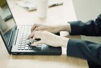 ノートパソコンをする女性の手元