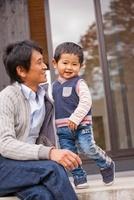 縁側で遊ぶ日本人の父と息子