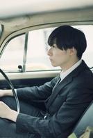 車に乗るスーツ姿の男性 10272003639| 写真素材・ストックフォト・画像・イラスト素材|アマナイメージズ