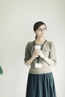 コーヒーカップを持った女性