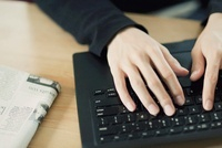 パソコンをうつ男性の手元