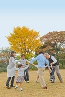 紅葉の広場で手を繋ぐ三世代家族 10272003713| 写真素材・ストックフォト・画像・イラスト素材|アマナイメージズ