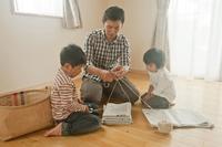 新聞の整理をする親子