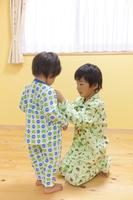 着替えをするパジャマ姿の兄弟