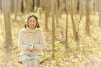 プレゼントボックスを持った女性 10272004089  写真素材・ストックフォト・画像・イラスト素材 アマナイメージズ