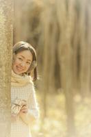 プレゼントボックスを持った女性 10272004094  写真素材・ストックフォト・画像・イラスト素材 アマナイメージズ