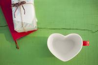 ハートのコーヒーカップとプレゼントボックス