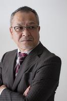 腕を組む日本人ビジネスマン