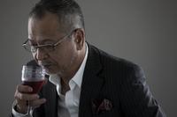 ワイングラスを持つ日本人男性