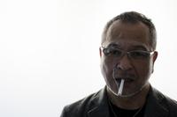 タバコを吸う日本人男性