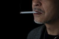 タバコを吸う日本人男性の口元