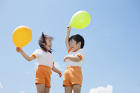 風船を持って遊ぶ体操服姿の幼稚園児