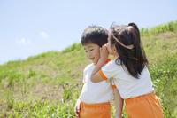 耳打ちをする体操服姿の幼稚園児
