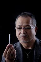 タバコを持つ日本人の男性
