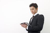 タブレットPCを見る日本人ビジネスマン