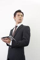 タブレットPCを持つ日本人ビジネスマン