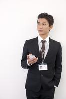 スマートフォンを持つ日本人ビジネスマン