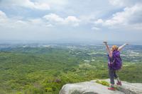 岩の上に立ち背伸びをするトレッキングの女性 10272004496| 写真素材・ストックフォト・画像・イラスト素材|アマナイメージズ