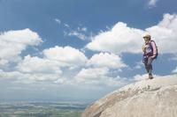 岩の上に立ちトレッキングをする女性 10272004517| 写真素材・ストックフォト・画像・イラスト素材|アマナイメージズ