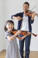 バイオリンを弾く日本人親子